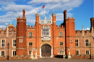hamptonCourtPalace